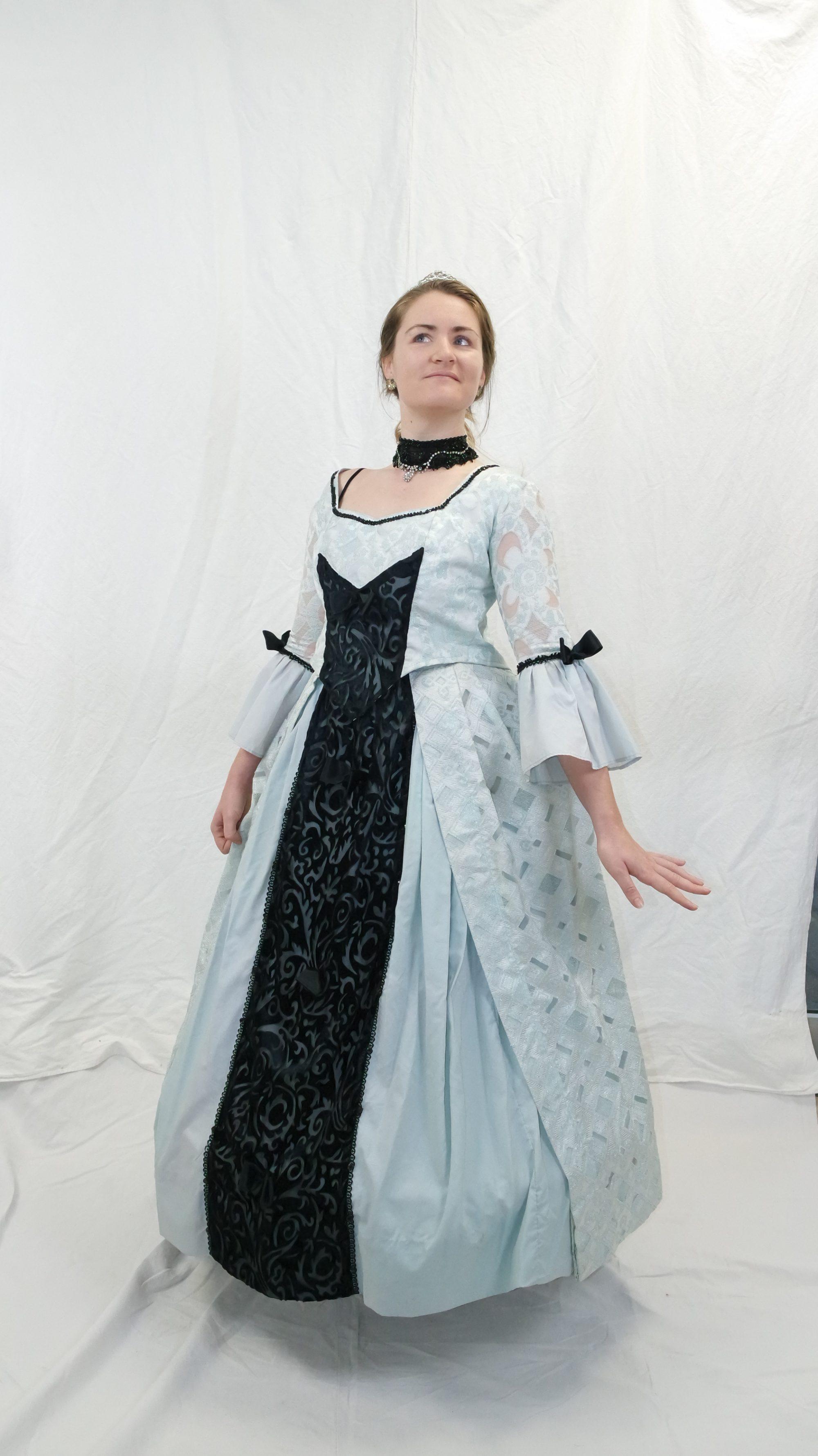 robe XVIII bleu ciel assortie de noir