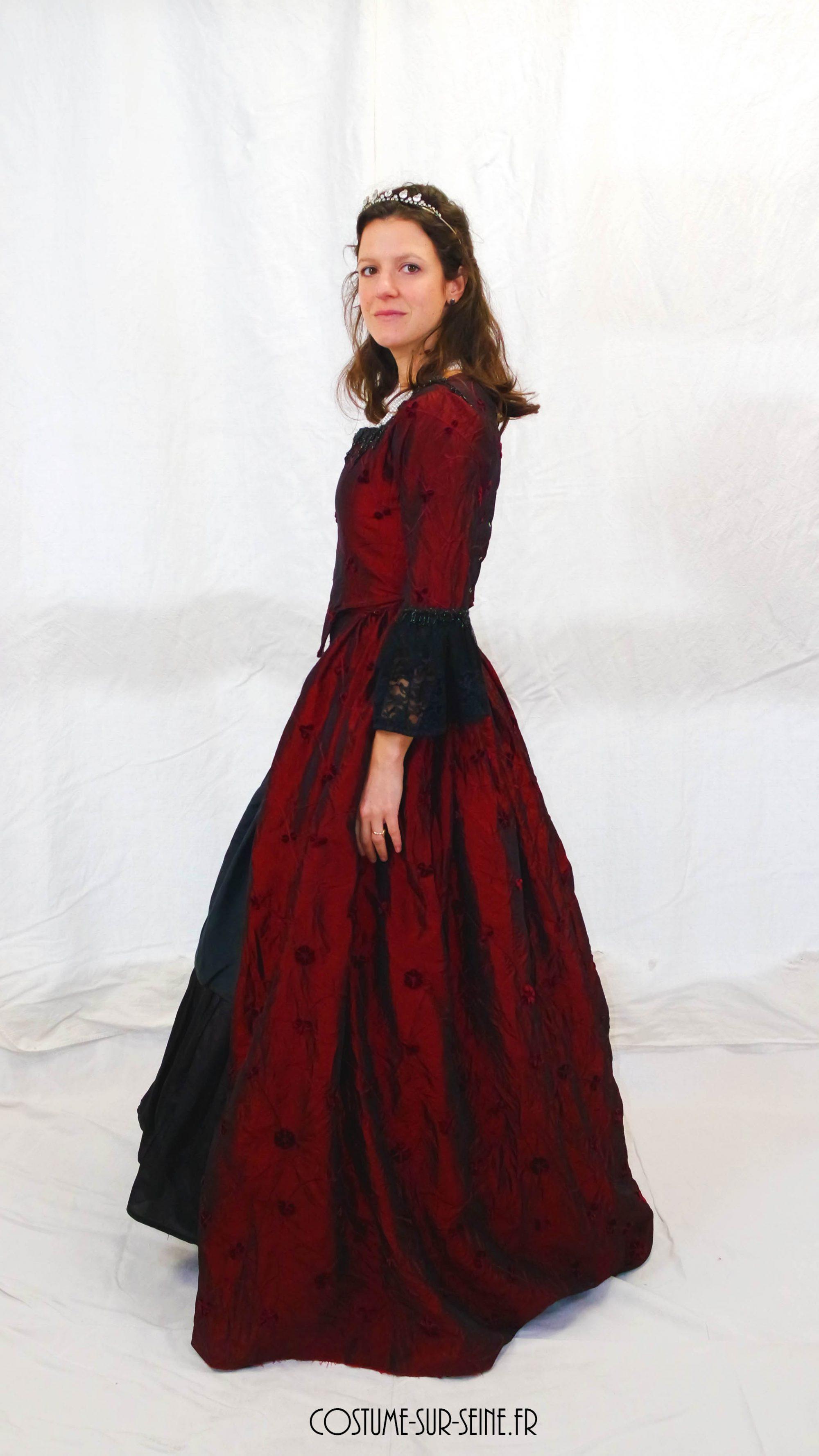 robe XVIIIe rouge et noir profil