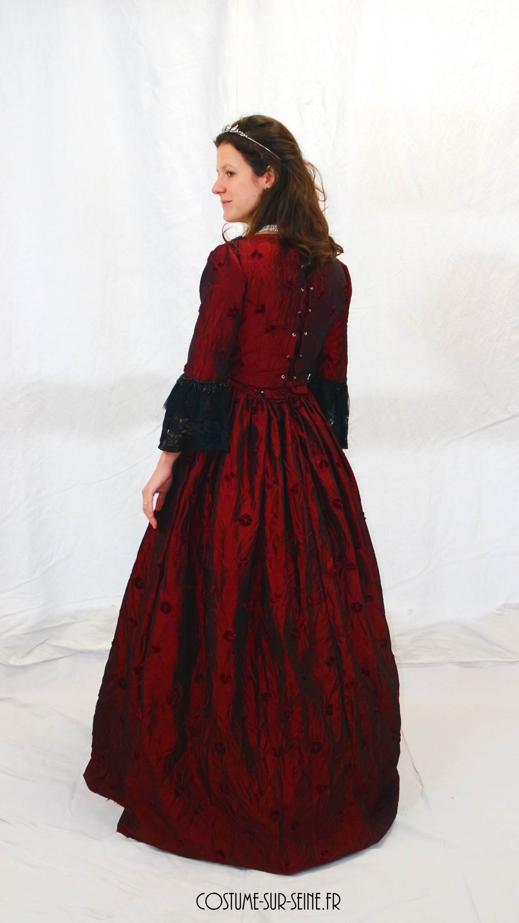 robe XVIIIe rouge et noir dos